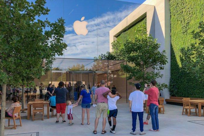 Apple, nisan ayı içinde mağazalarını yeniden açmayı planlıyor